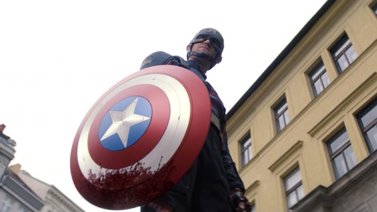 Pourquoi le faucon et le soldat de l'hiver ont utilisé un bouclier CGI Captain America pour cette scène sanglante de John Walker