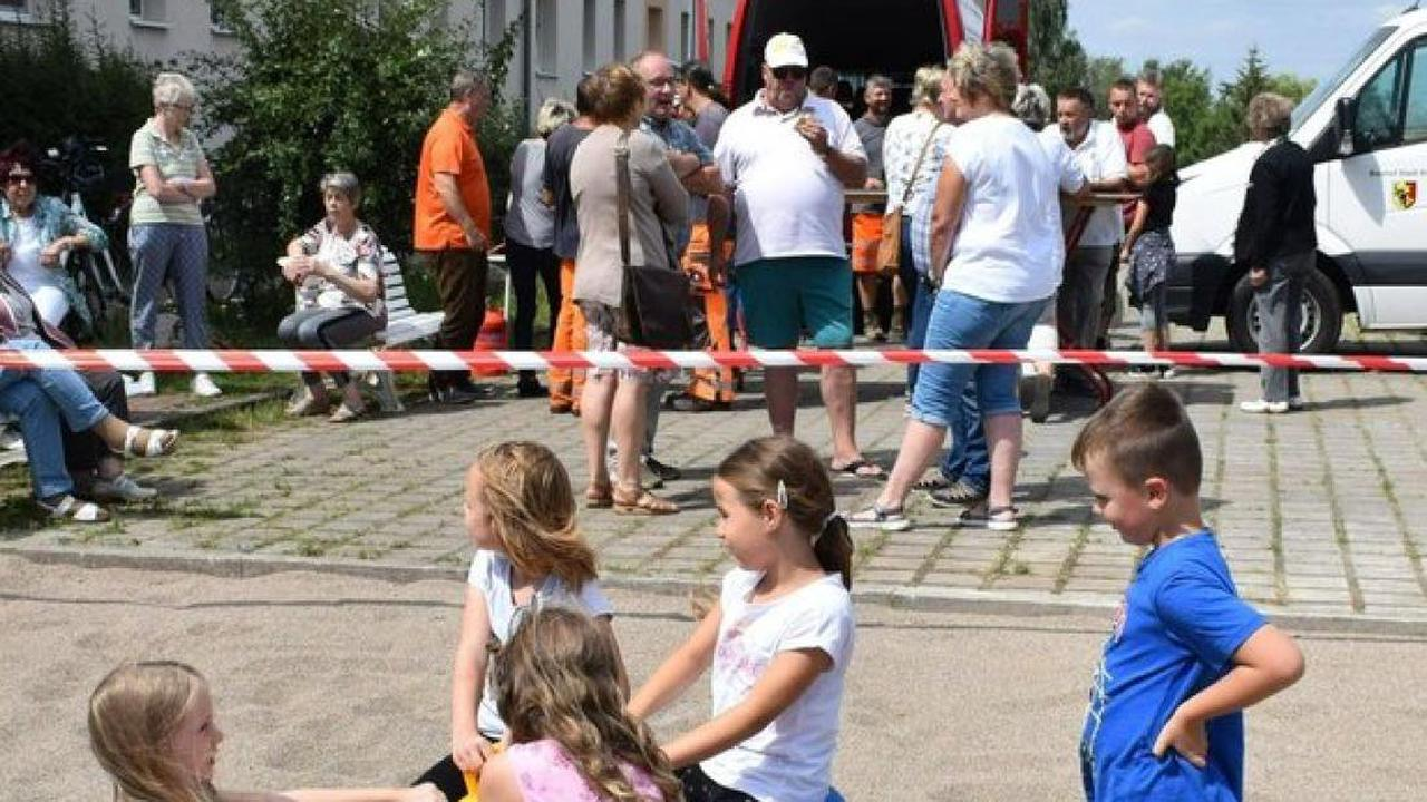 Karussell und Rutsche: Die Kinder stürmen den neuen Spielplatz in Brüel