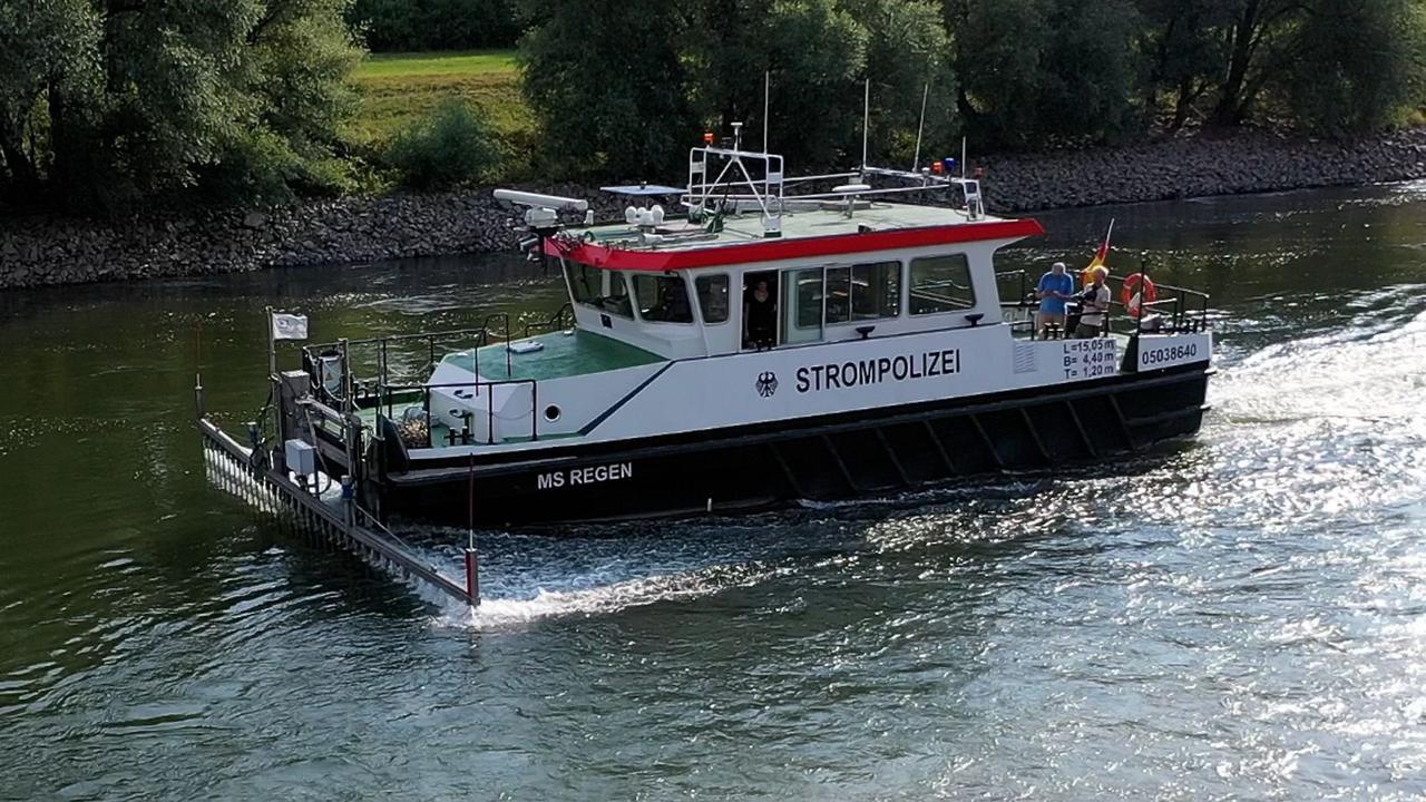 Leiter des Wasserwirtschaftsamts erklärt Schaum auf der Donau