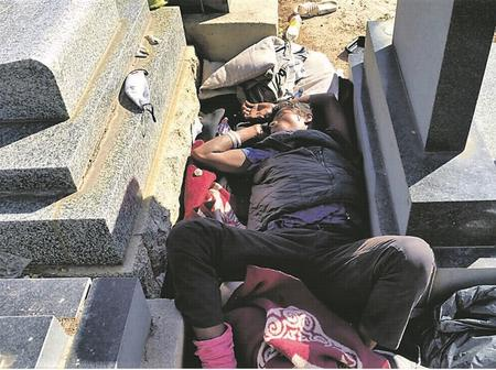 Mzansi Reacts After A Homeless Man Diggs The Graves And Sleep Underneath Them.