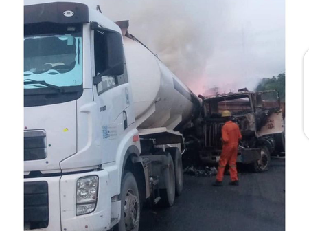 Several Cars In Flames On Otedola Bridge After A Trailer Rammed Into Container Carrying Goods