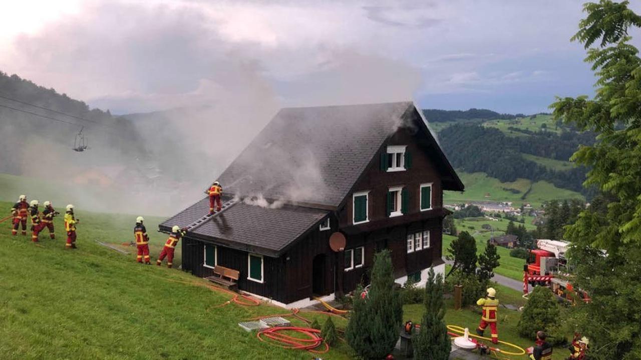 Blitzschlag setzt Ferienhaus in Brand