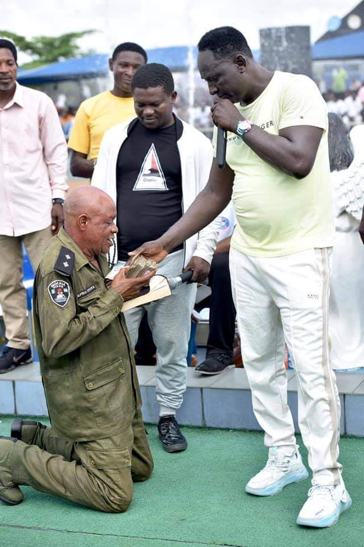 Prophet Jeremiah Fufeyin gifts money to a police officer (See pictures) 15