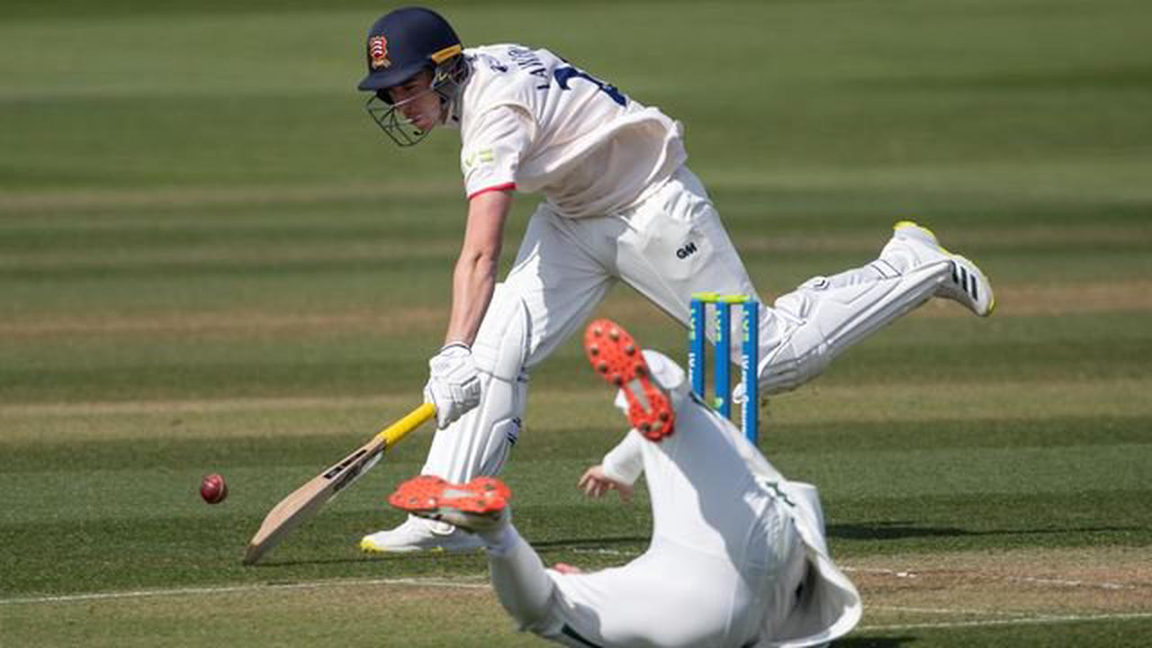 Dan Lawrence gets Essex defence off to a strong start against Worcestershire