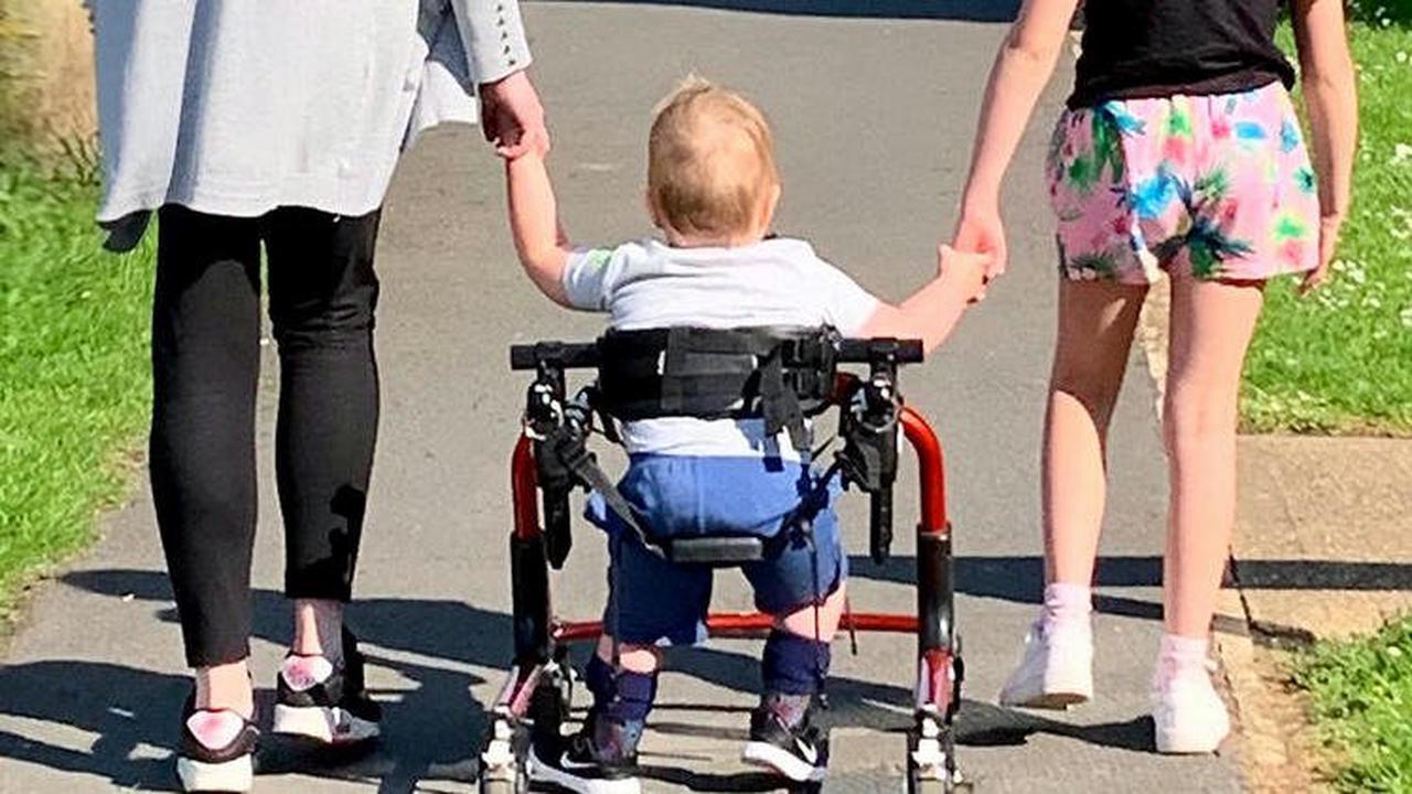 Nach minimalinvasiver Operation im Mutterleib: Jaxson (2) kann tatsächlich laufen!
