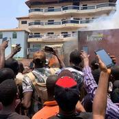 Pendant que ce camion est en feu , les passants prennent juste des photos et font des vidéos!