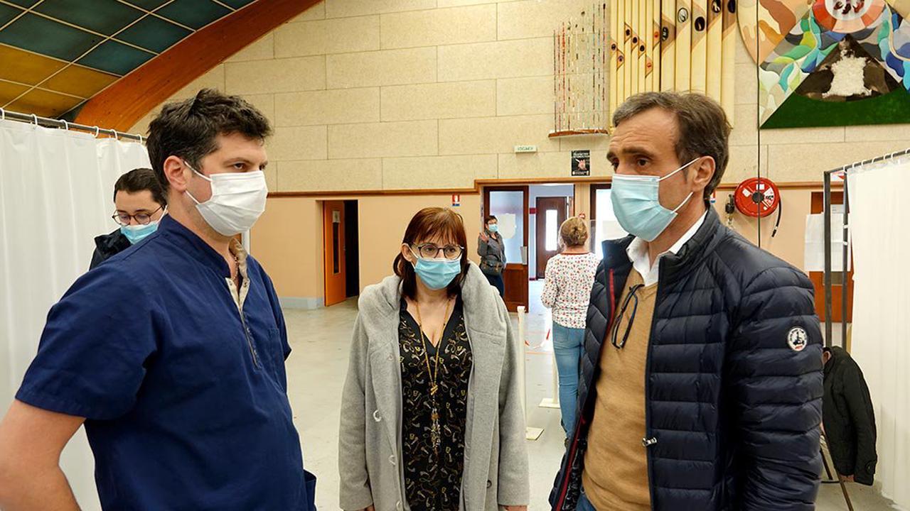 Millau. Le député Arnaud Viala rend visite au centre de vaccination