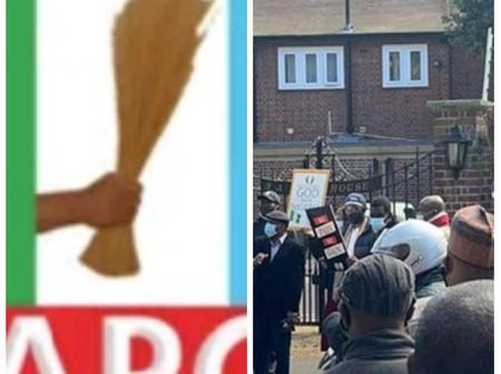 APC UK Leader, Prince Ade Omole Leads Nigerians In The UK To Sing The National Anthem At Abuja House