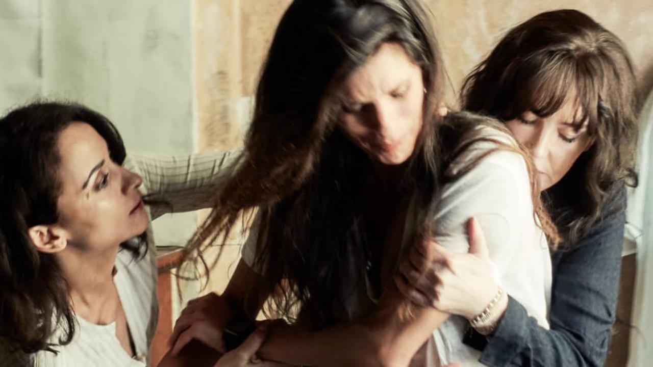 """Maïwenn élevée par un père violent et une mère absente : """"Ni fierté ni amour"""""""