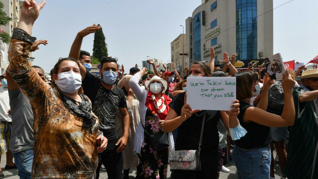 En Tunisie, des milliers de manifestants défilent contre leurs dirigeants