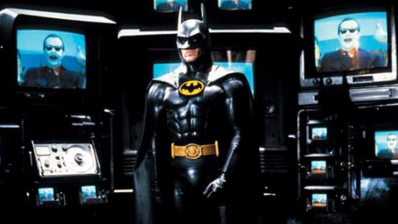 "Blutig und düster: Seht das neue Michael Keaton ""Batman"" Logo aus the ""The Flash""!"