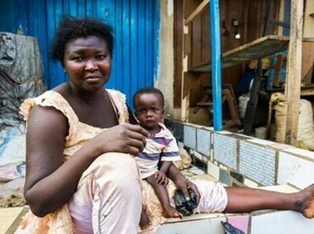 Sad: See the heart touching story of a woman who sleeps on the road side with her baby for years