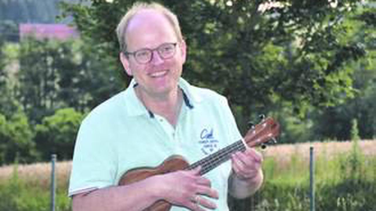 Chorleiter Thomas Schneider greift zum Schluss zur Ukulele-Kreis Schwarzwald-Baar