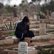 قصة.. مات زوجها وبعد دفنه مباشرة وجدت الكثير من الأشخاص أمام بيتها يفعلون هذا الشيء الذي أصابها بالصدمة