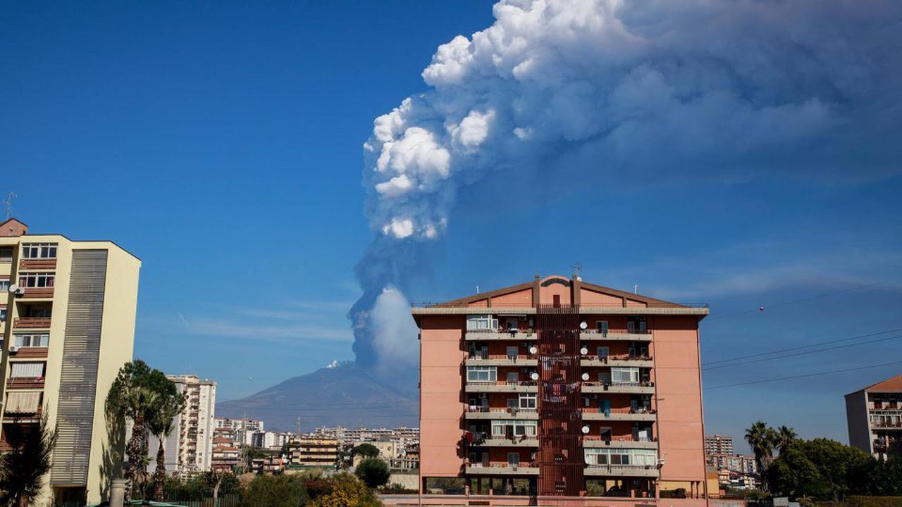 Urlaub in Italien: Ätna auf Sizilien ausgebrochen – Touristen müssen vor Waldbränden fliehen!
