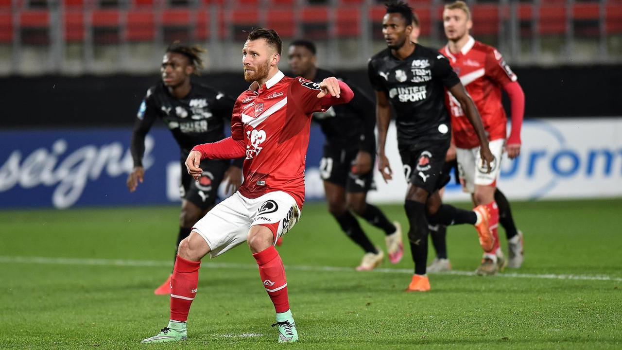 - Football (Ligue 2) : Chevalier loupe le coche, les notes des Valenciennois face à Amiens