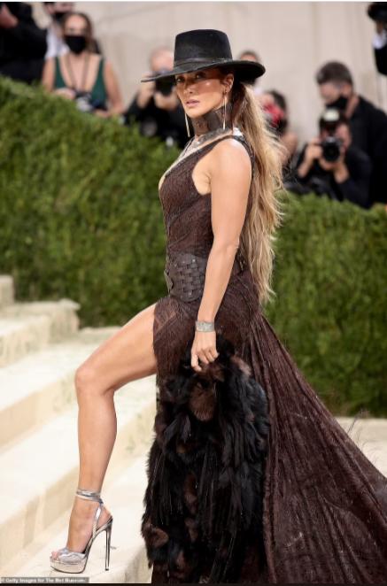 Jennifer Lopez and Ben Affleck share a mask kiss at the Met Gala (photos)