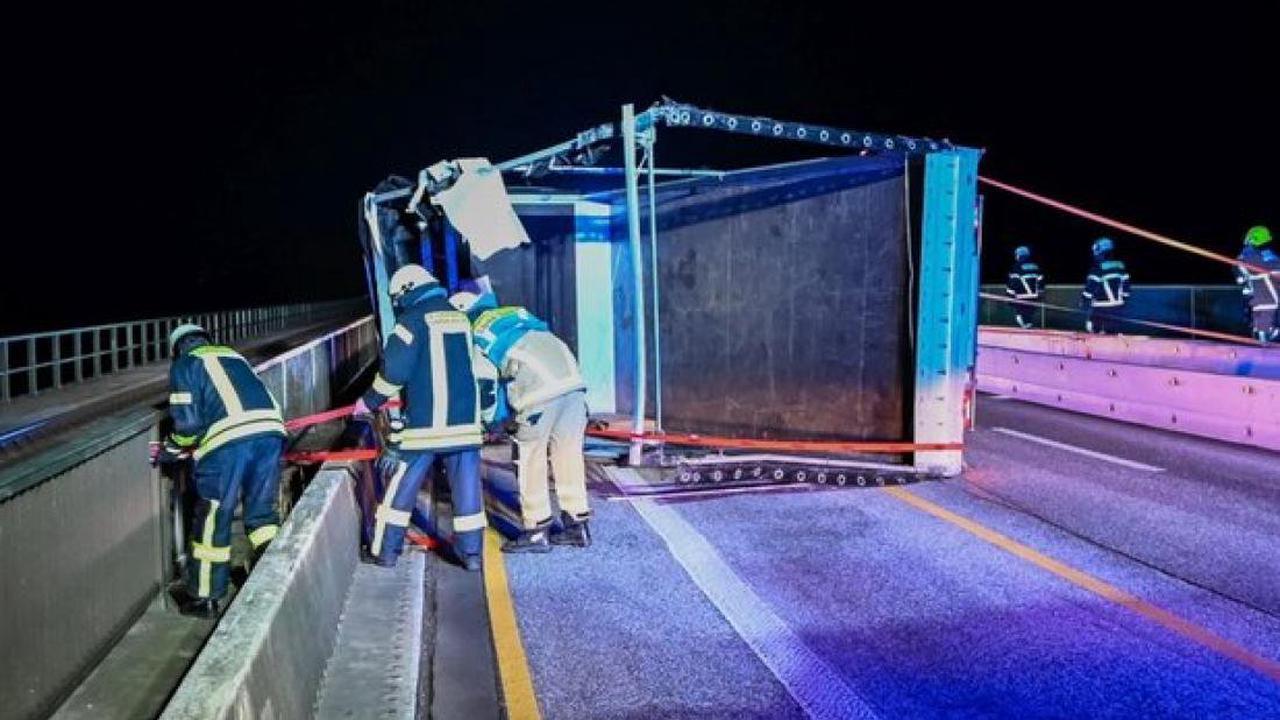 Trotz Sperrung: Lkw kippt im Sturm auf der Fehmarnsundbrücke um