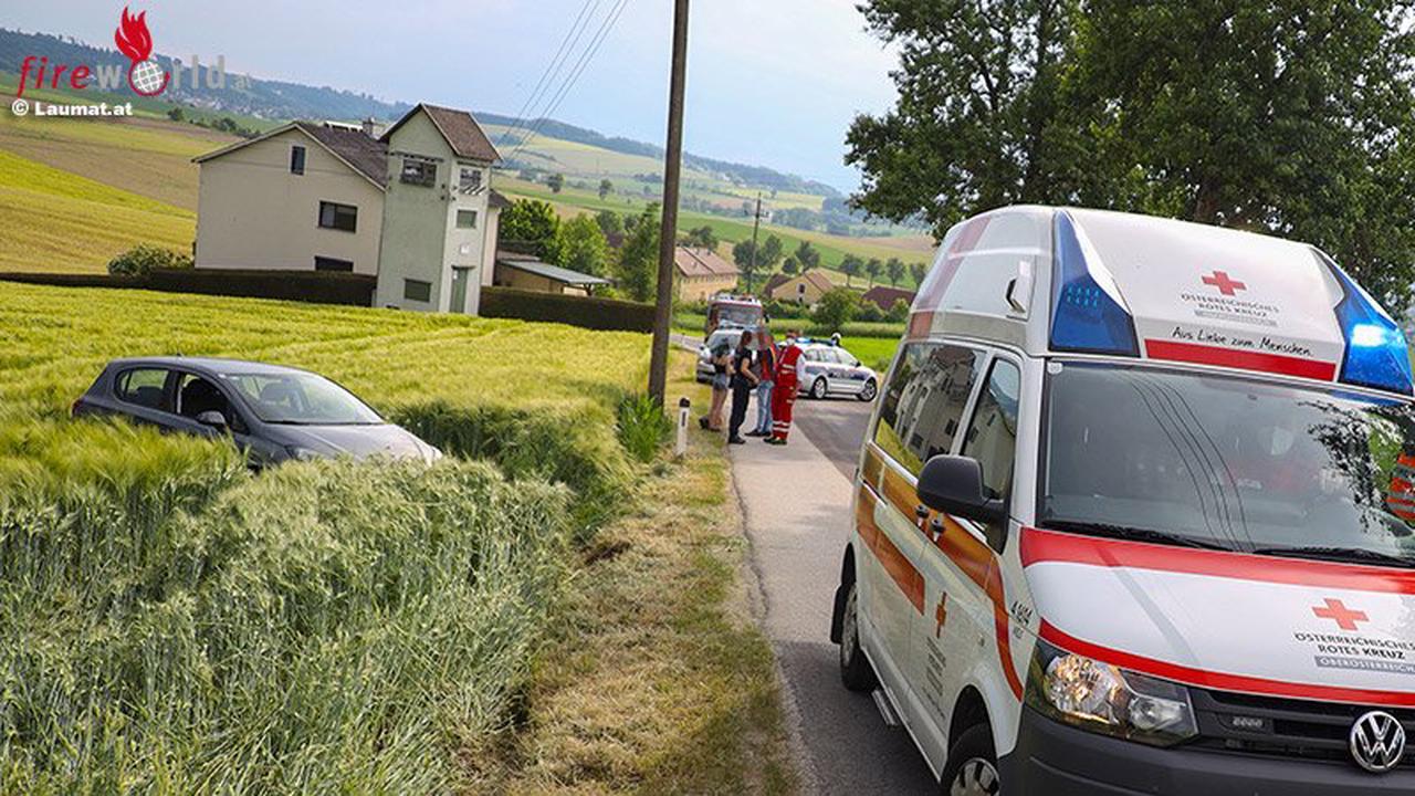 Oö: Pkw landet in Buchkirchen in Feld
