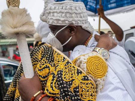 What Emir Sanusi Did To Ooni Of Ife At The Coronation Ceremony In Ibadan Got People Talking [PHOTOS]