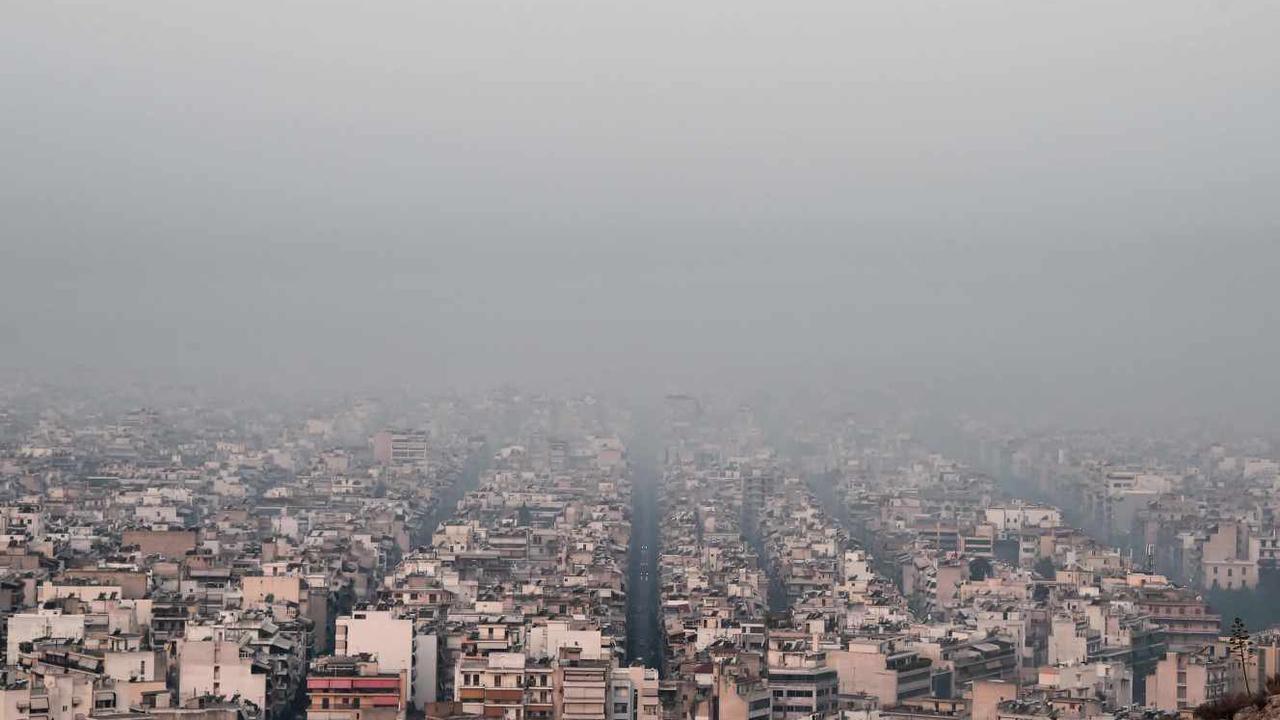 Athènes, déjà écrasée par la chaleur, se réveille dans la fumée étouffante des incendies