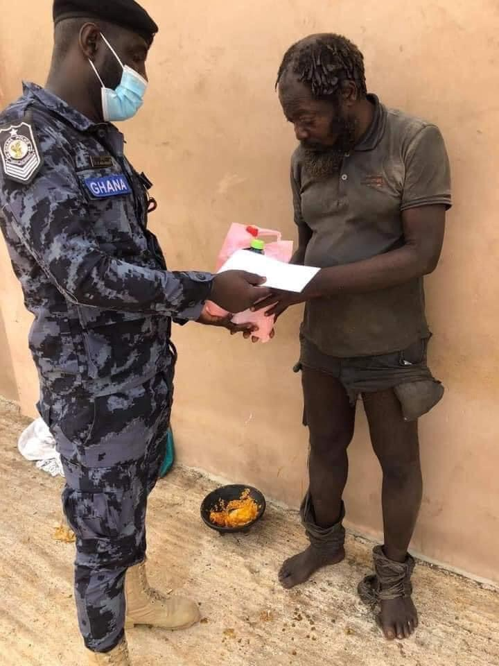 9fc68b411feb65d7607894bd94d6e6e6?quality=uhq&resize=720 - Ghanaian Police Officer Donate Food And Money To Homeless People On The Street