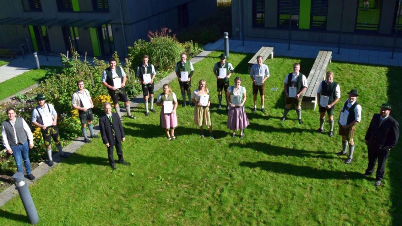 AELF Holzkirchen verabschiedet ausgebildete Landwirt-Absolventen