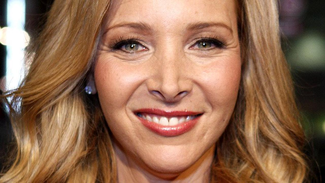 Lisa Kudrow shares why she was fired from Frasier days before landing Friends