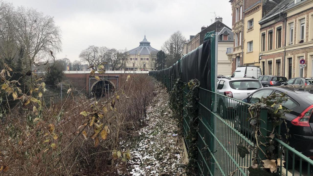 Des bâches acoustiques installées le long des tunnels ferroviaires à Amiens