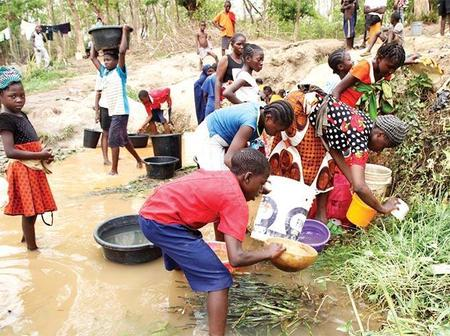 Checkout moment Abuja residents went to fetch dirty Stream water, as water scarcity lingers
