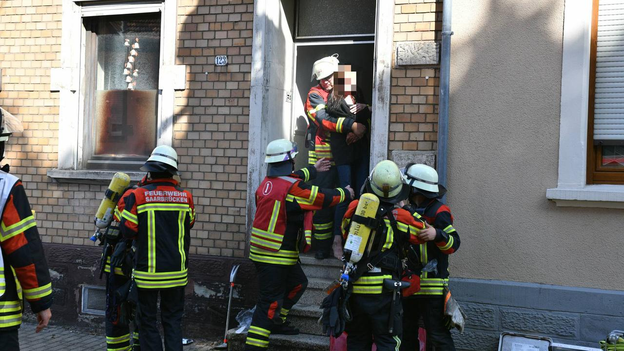 Fotostrecke: Feuerwehr muss Frau bei Brand in Brebach gewaltsam evakuieren