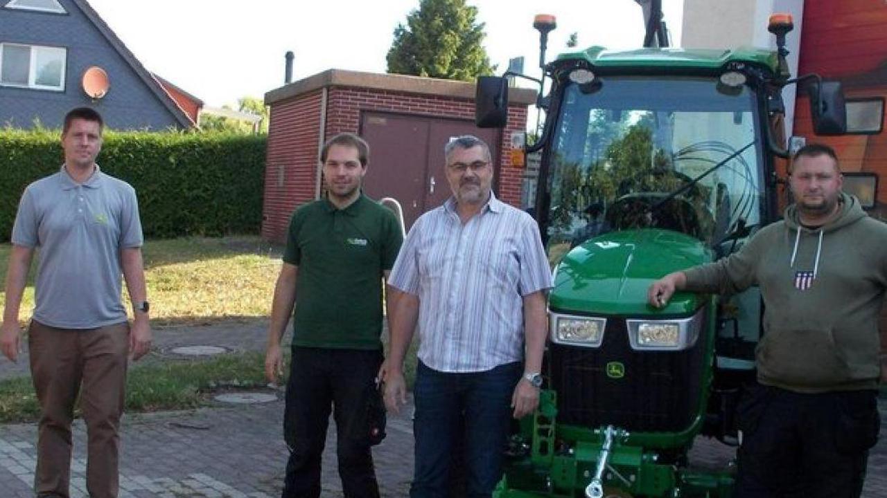 Neues Gefährt in Retgendorf: Gemeindearbeiter bekommen einen Traktor mit viel Zubehör