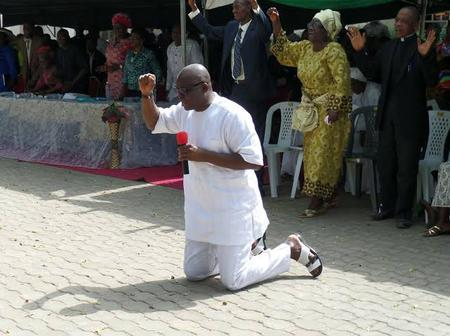 Photos Of Wike, Obasanjo And Other Famous Politicians Praying In Church