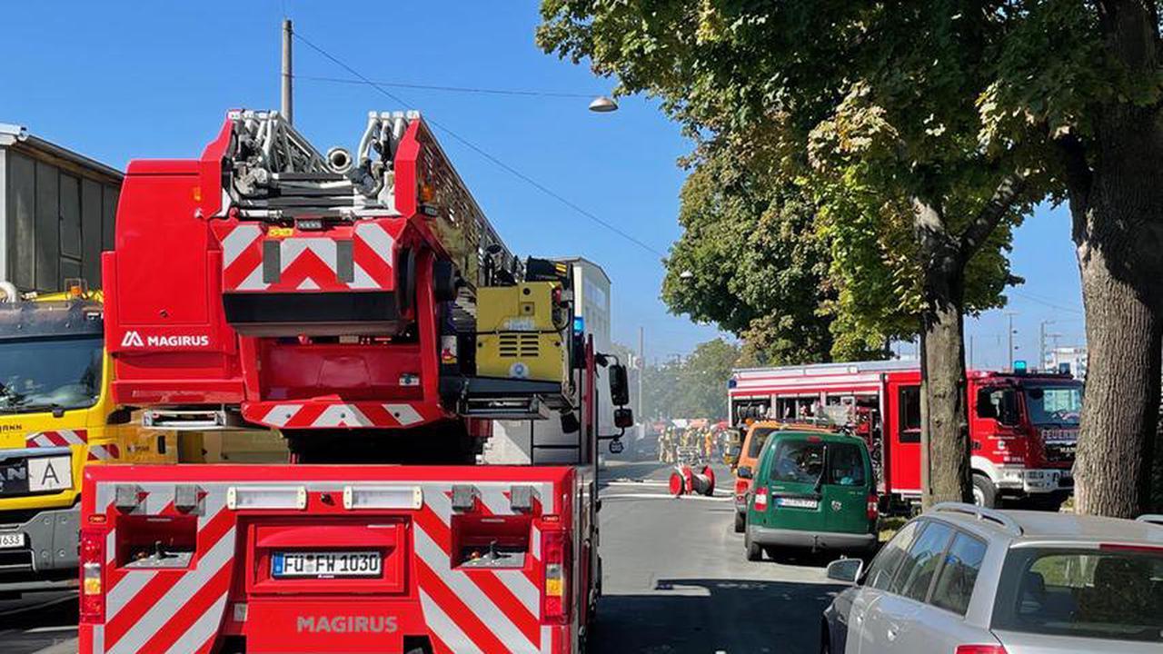 Lithium-Akkus fingen in Fürther Lagerhalle Feuer - Kraftakt für die Feuerwehr