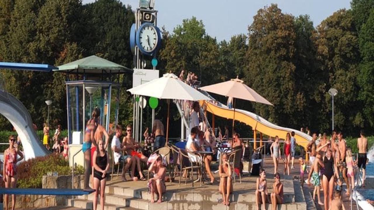 Schock im Freibad bei Karlsruhe: Badegäste sind alle beim schwimmen...