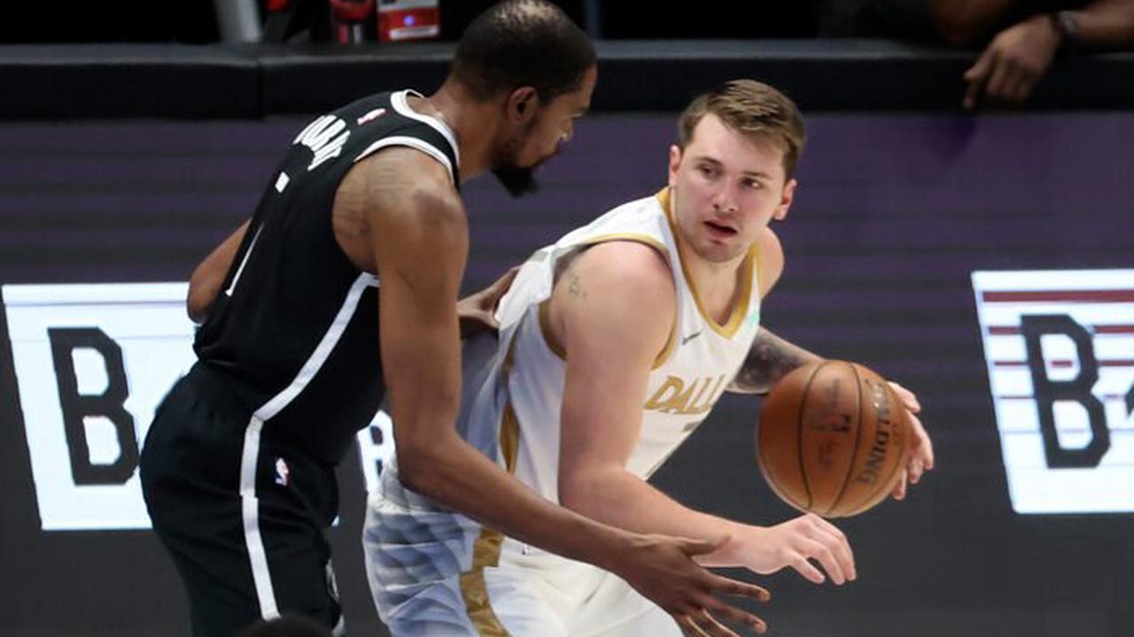 NBA - Kevin Durant à genoux devant Luka Doncic