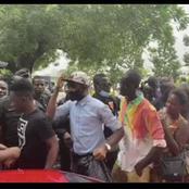 Le nouveau Hushpupy d'Abidjan, cet homme partage de l'argent gratuitement dans les rues d'Abidjan