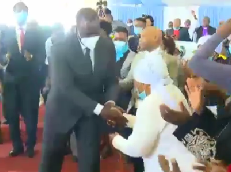 Video: An Elderly Kikuyu Woman Spits Saliva on Ruto's Hands, Tells Him This Ahead of 2022
