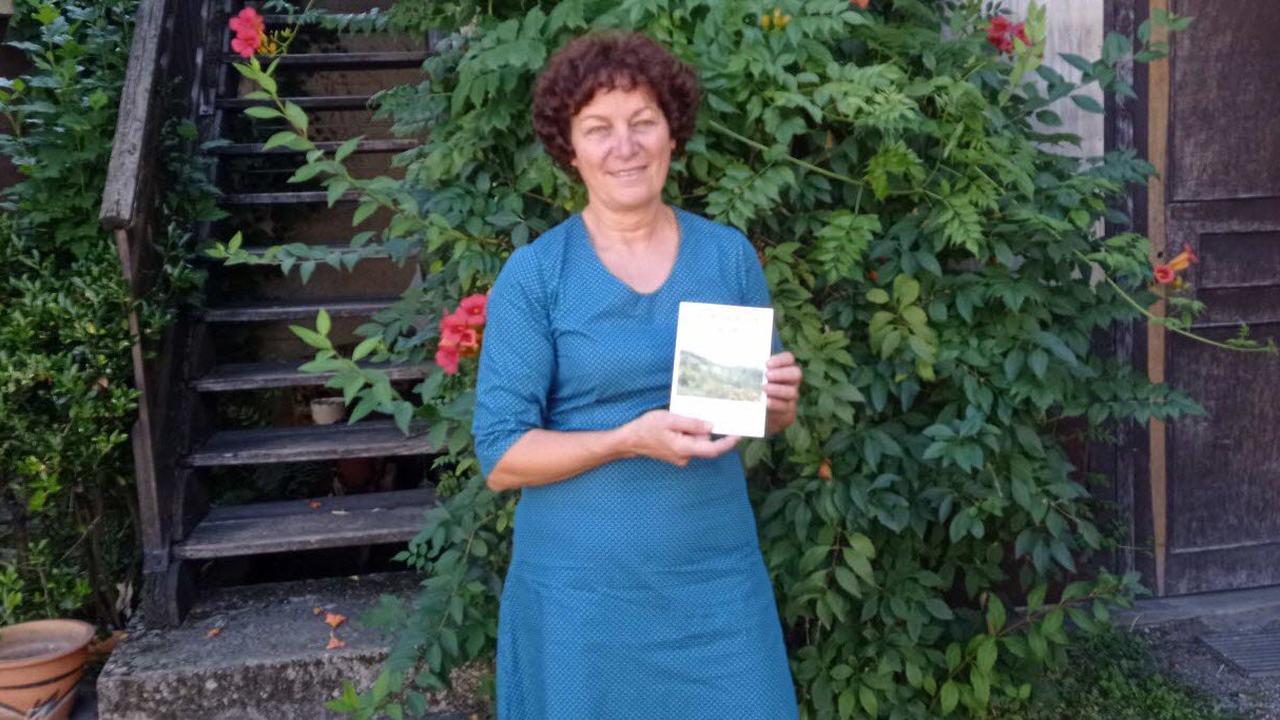 Elle écrit un livre sur ses 27 ans au poste d'institutrice dans une école de campagne