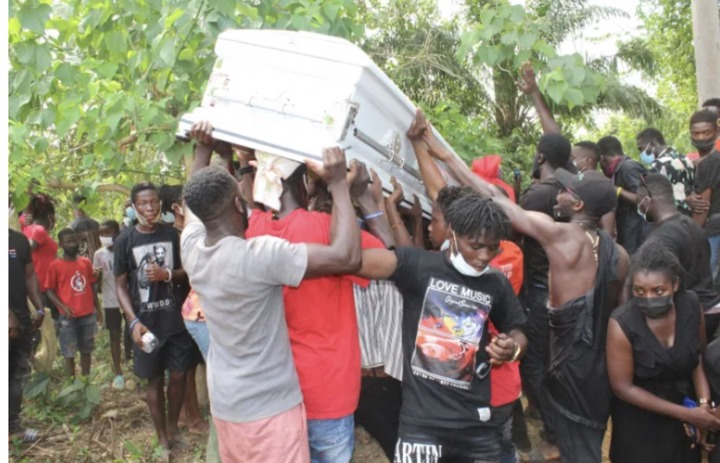 b17640b8a4bf42399bc3aa4acbb0ef30?quality=uhq&resize=720 - Sad Moment: The Last Moment Ama Broni's Body Was Conveyed To The Akwatia Cemetary For Burial