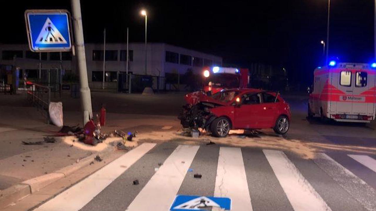 Verkehrsunfall in der Michelinstraße, Bad Kreuznach. 20-jähriger PKW-Fahrer kollidiert mit Beleuchtungsmast