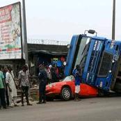 Un gros camion fait un tonneau et se renverse sur un taxi à Yopougon