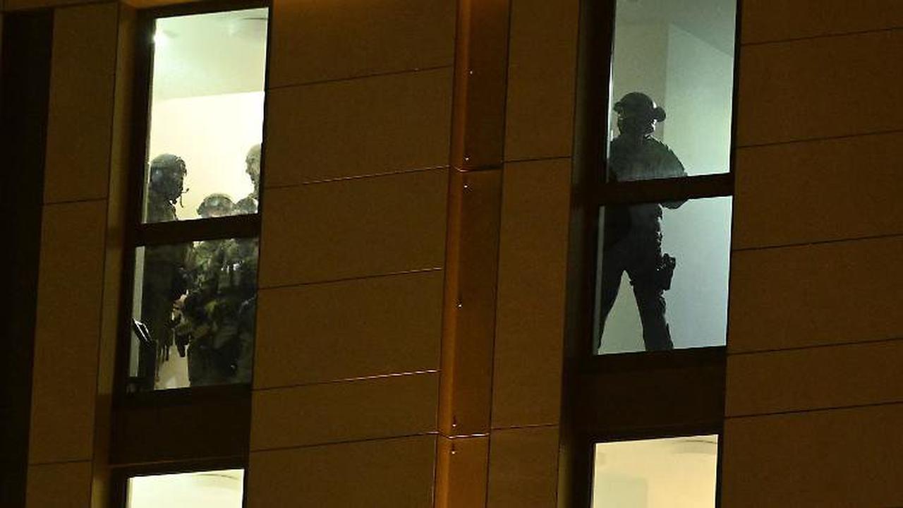 SEK rückt mit Panzerwagen an: Waffenfund in Hotel löst Großeinsatz aus