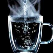 ( ماذا يفعل شرب الماء الساخن علي معدة فارغة معجزة سبحان الله)