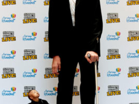 Check Out The Tallest And Shortest Man Out Of The Middle East