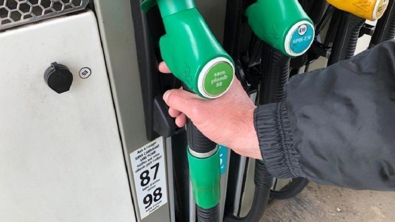 Les prix des carburants à la pompe sont en forte baisse