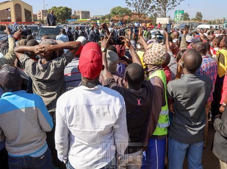 A Mammoth Crowd Forces President Uhuru Kenyatta to Make a Stopover and Greet Them (Photos)