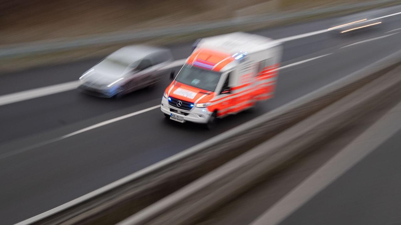 Auto kommt von Autobahn 20 ab: Drei Schwerverletzte