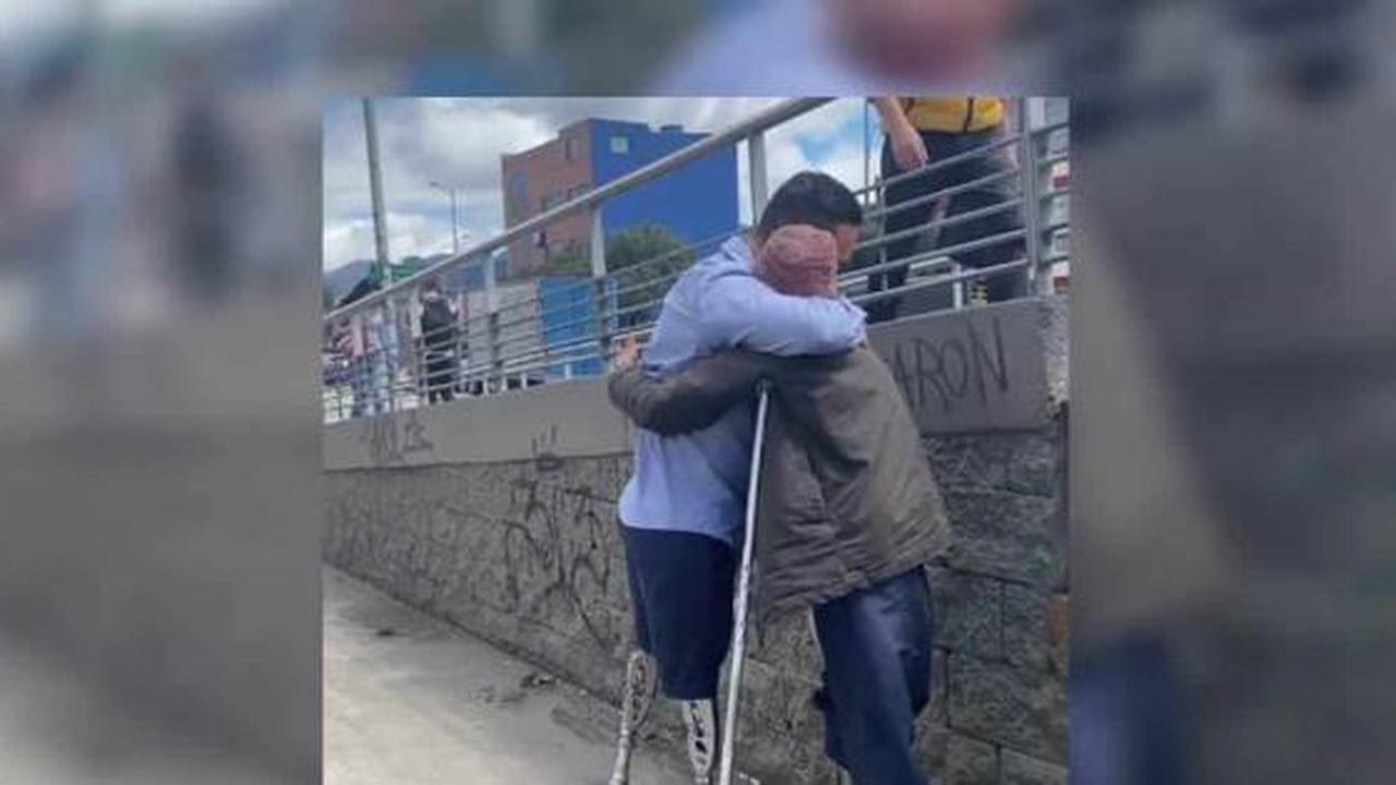 Police with prosthesis gives crutches to woman without leg and in street situation