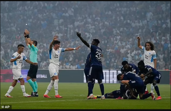 Bordeaux and Marseille players form a human shield around Samuel Kalu after the Super Eagles star collapsed on the pitch (photos)